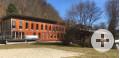 Verwaltungsgebäude aus Holz am Waldrand
