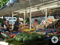 Verkäuferin und Kunde am Gemüsestand